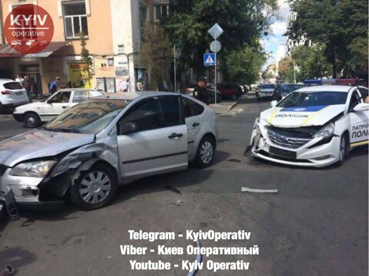 За попередніми даними, поліцейське авто врізалося у Форд / фото kyivoperativ.info