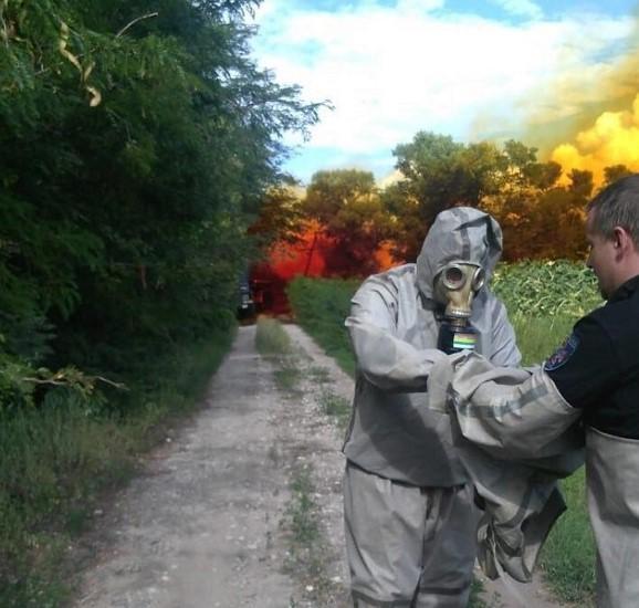 Рятувальники зупинили витекание кислоти / фото Інформатор