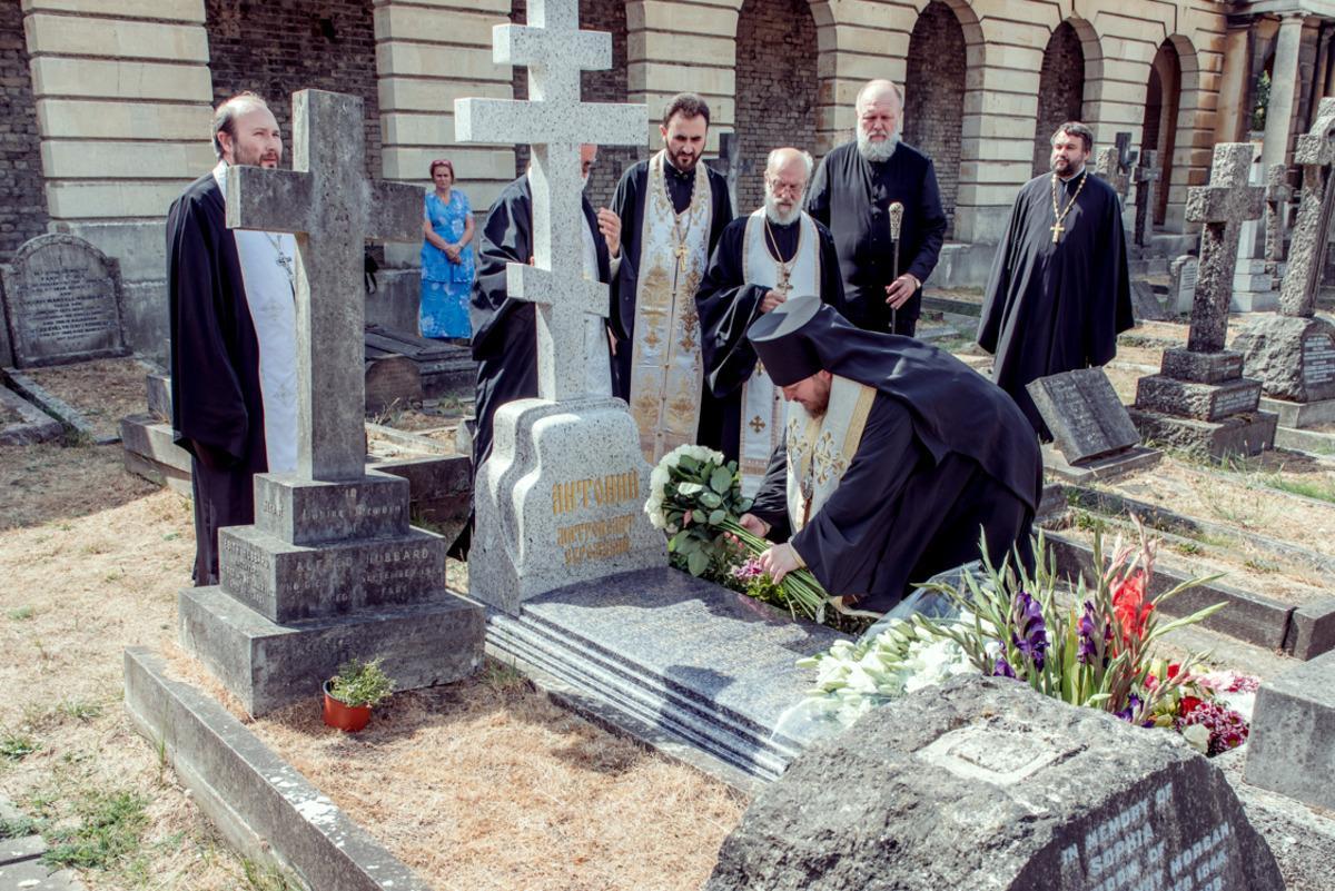 Заупокойная панихида на могиле митрополита Антония / sourozh.org