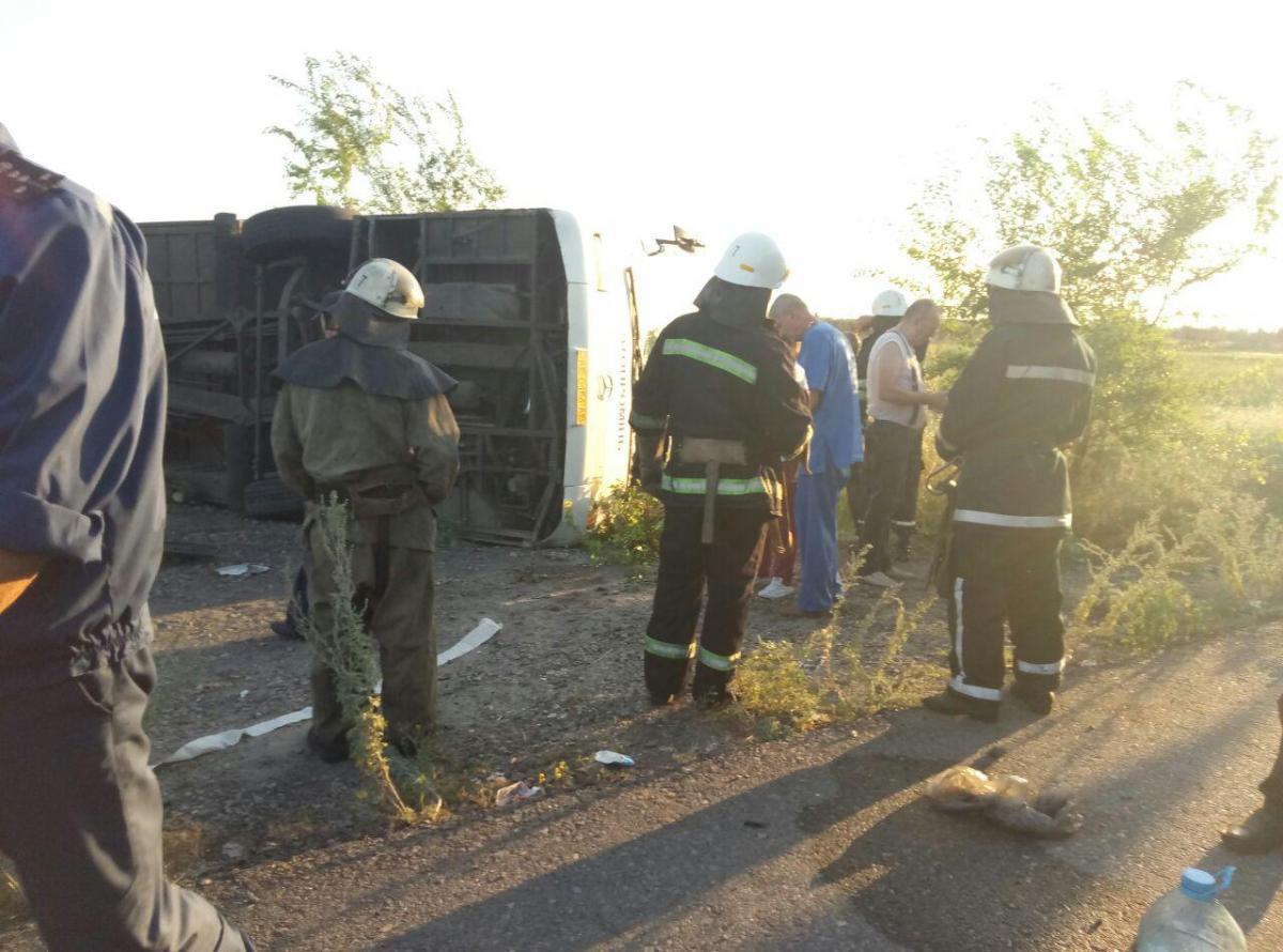 В результаті удару автобус перекинувся / фото Інформатор