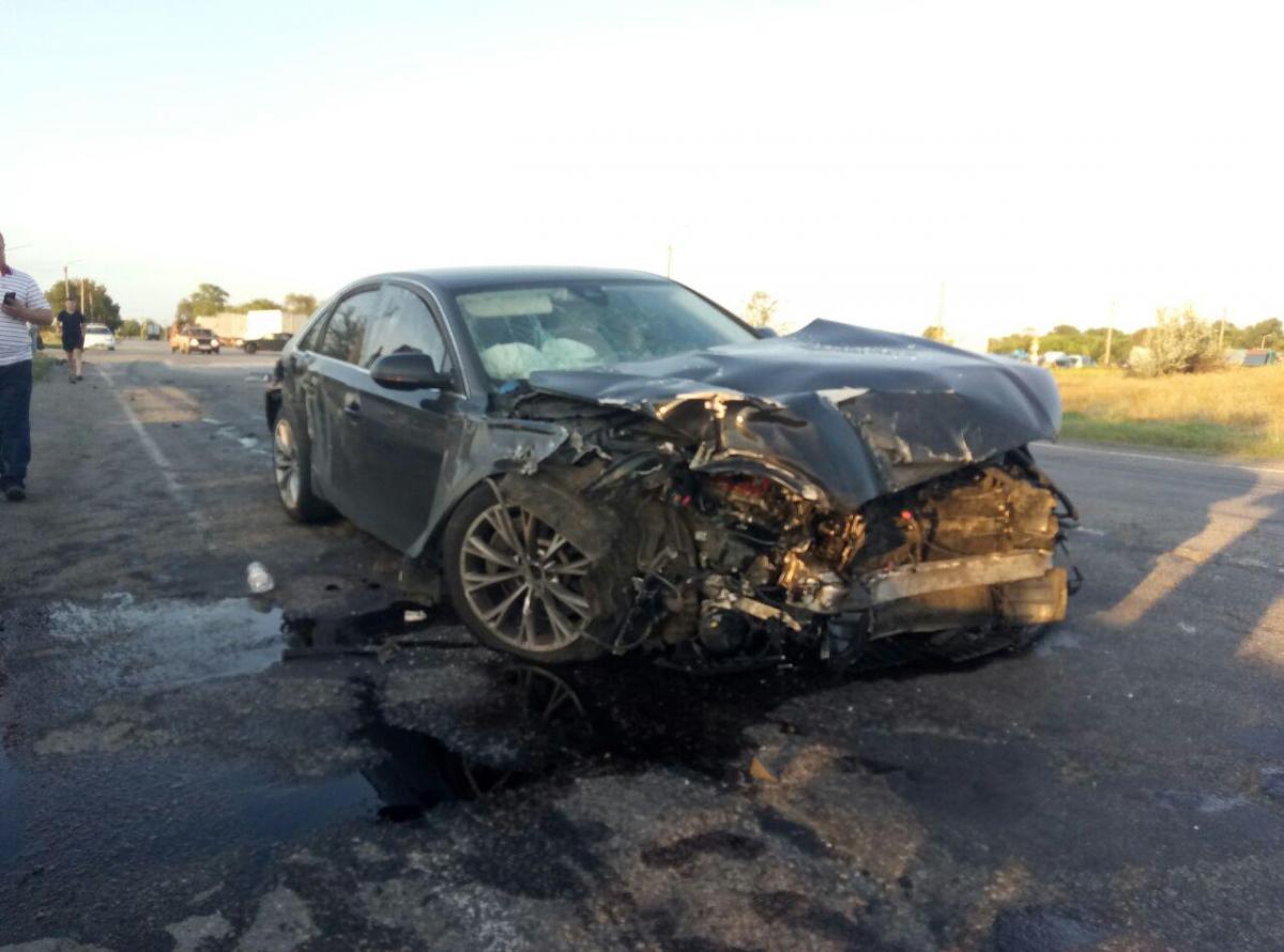 Водій Audi не відреагував на знак «Стоп» і «влетів» автобусу в бік / фото Інформатор