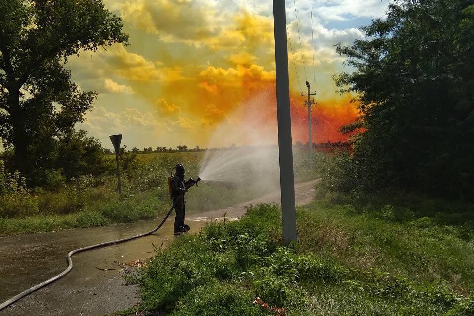 Внаслідок витоку внебо піднялася помаранчева отруйна хмара / фото dp.dsns.gov.ua