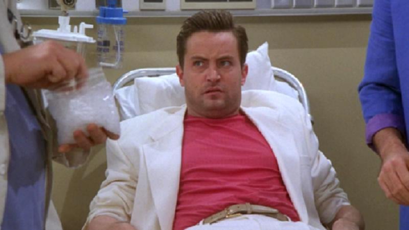"""48-річний Меттью Перрі відновлюється після операції / Кадр із серіалу """"Друзі"""""""