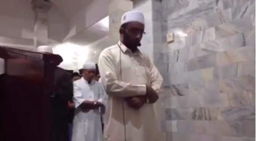 Імам з Індонезії продовжував здійснювати намаз, попри землетрус / islam-today.ru