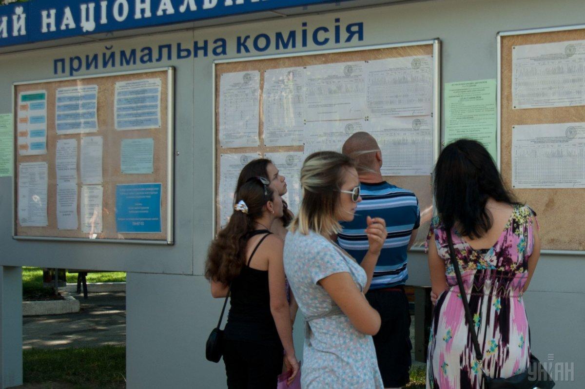 Усі діти загиблих захисників України, які зараховані до вишів на контракт, мають бути переведені на бюджет / фото УНІАН