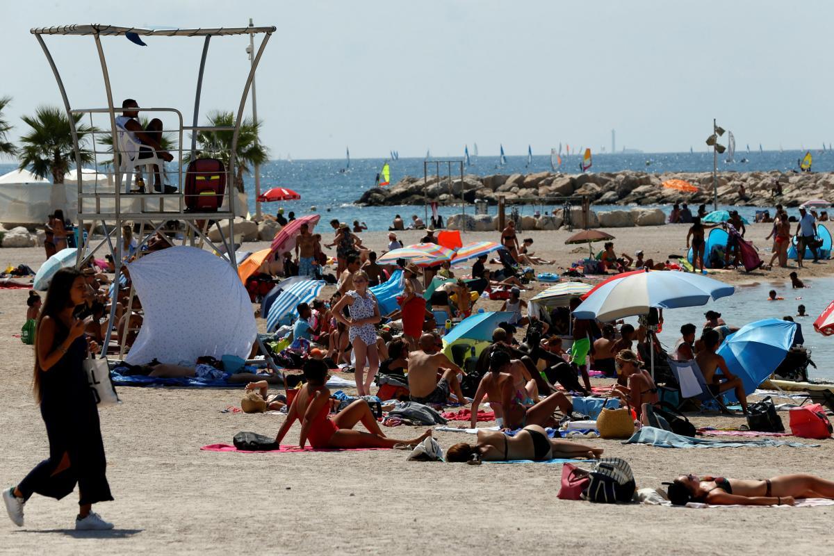 Дуже спекотний відпочинок на пляжах Франції / Фото REUTERS