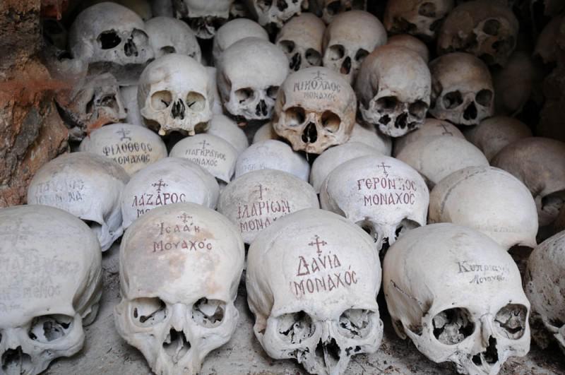 У кістниці черепа складені на полицях, а кістки лежать окремо / athos-ukraine.com