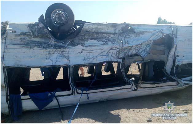 Вантажівка знесла маршрутку з дороги / фото zp.npu.gov.ua