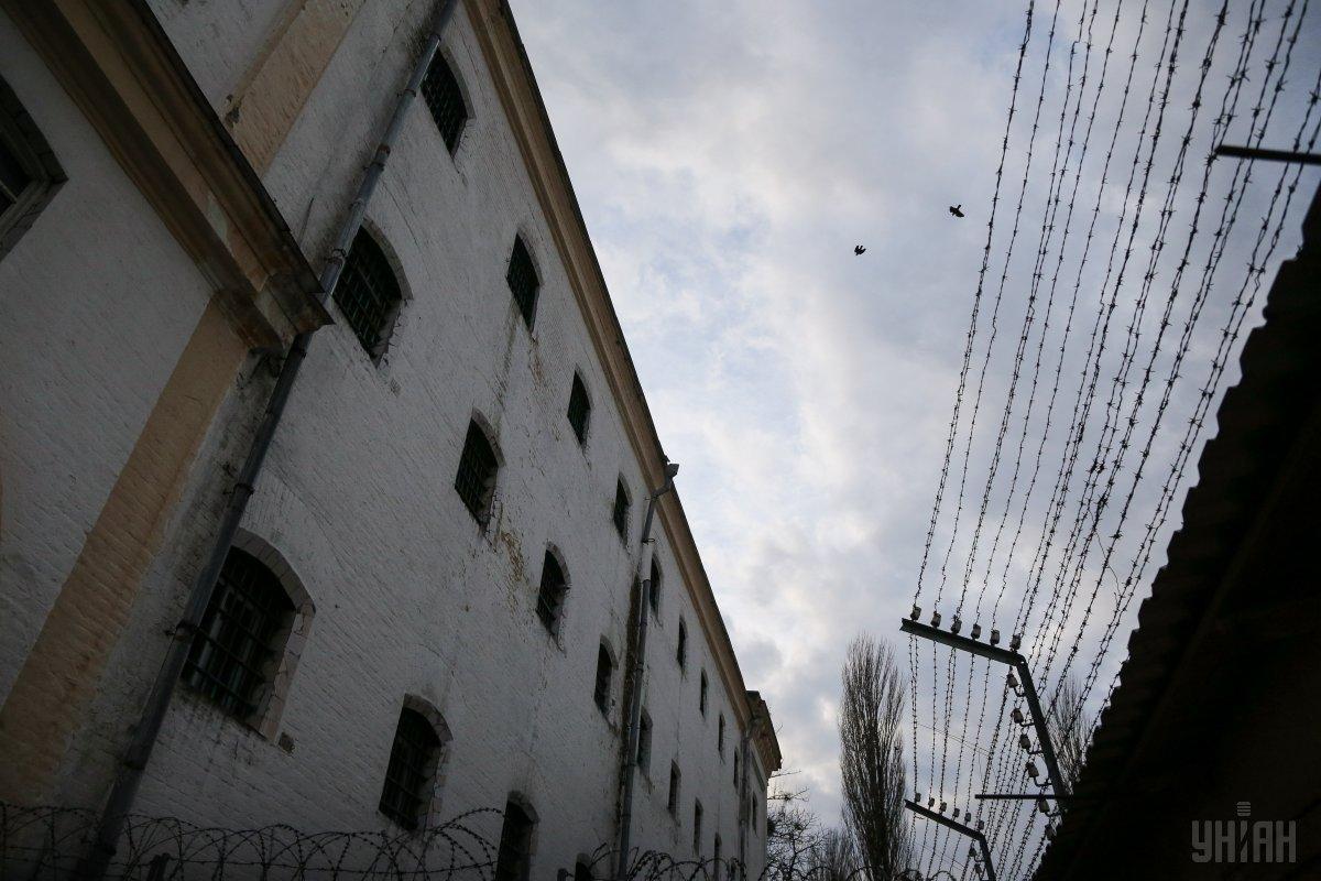 Заключенные порезалисебе вены/ Фото УНИАН