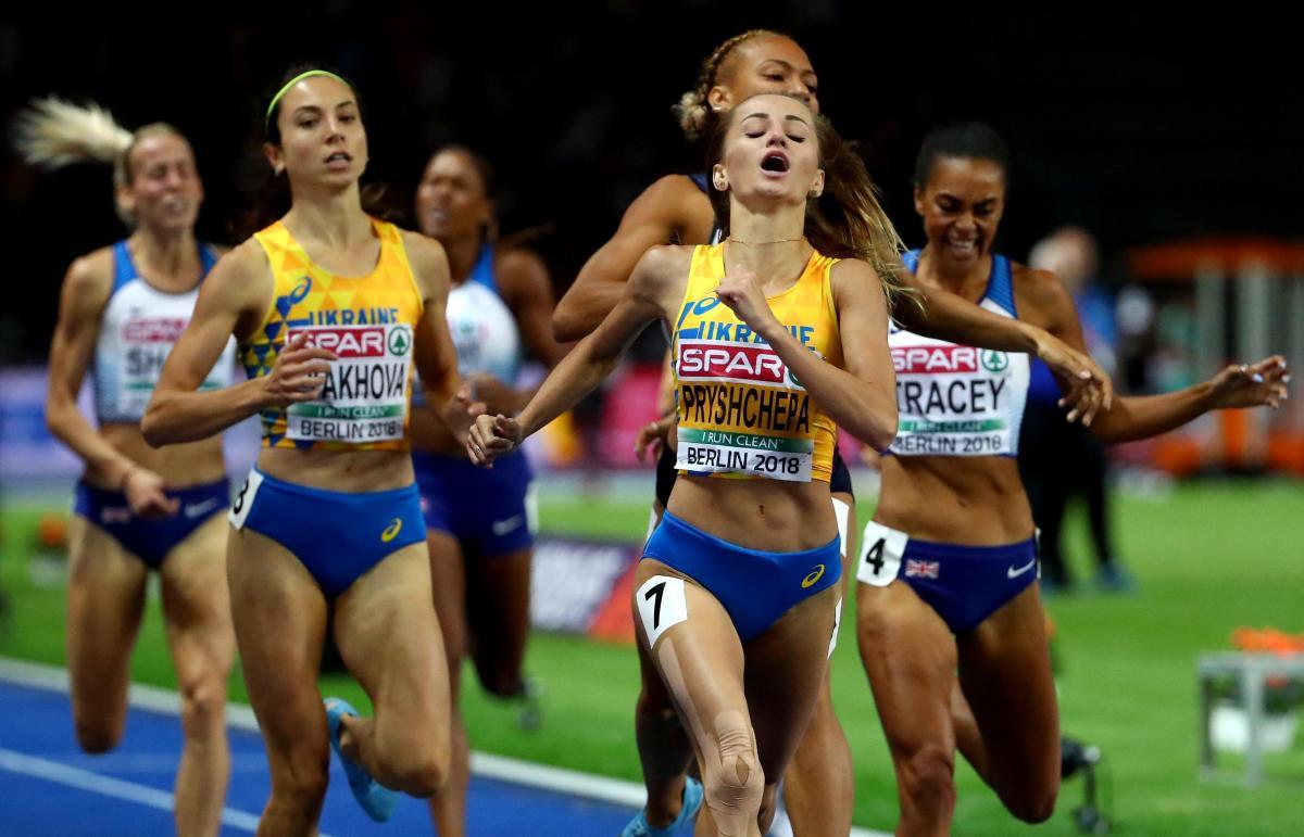 Наталія Прищепа (№7) іОльга Ляхова (ліворуч) завоювали медаліЧЄзлегкоїатлетикив бігуна 800 м/ REUTERS