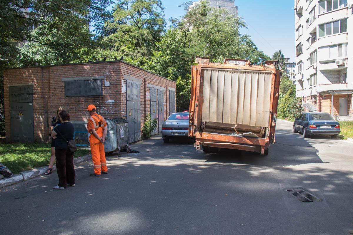 У Києві чоловікові сміттєвозомвідірвало руку / фото Інформатор