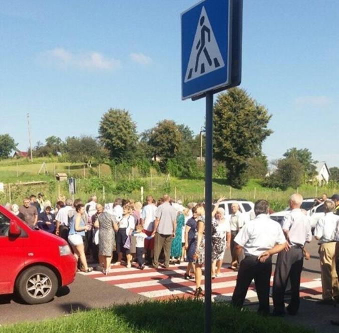 Місцеві мешканці перекрили дорогу через відсутність електропостачання / фото vgolos