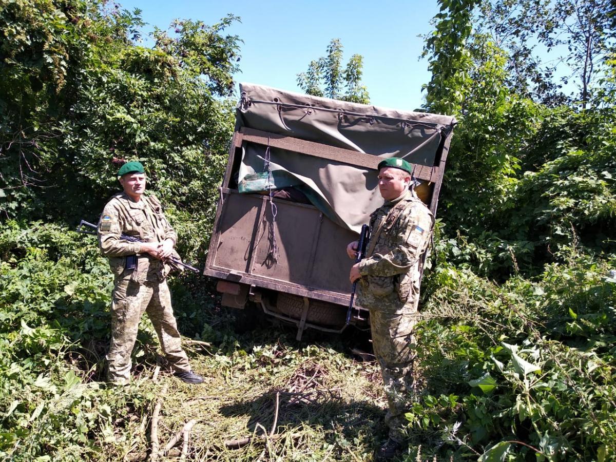 Прикордонники зі стріляниною зупинили авто, що проривалось через держвний кордон / ДПСУ