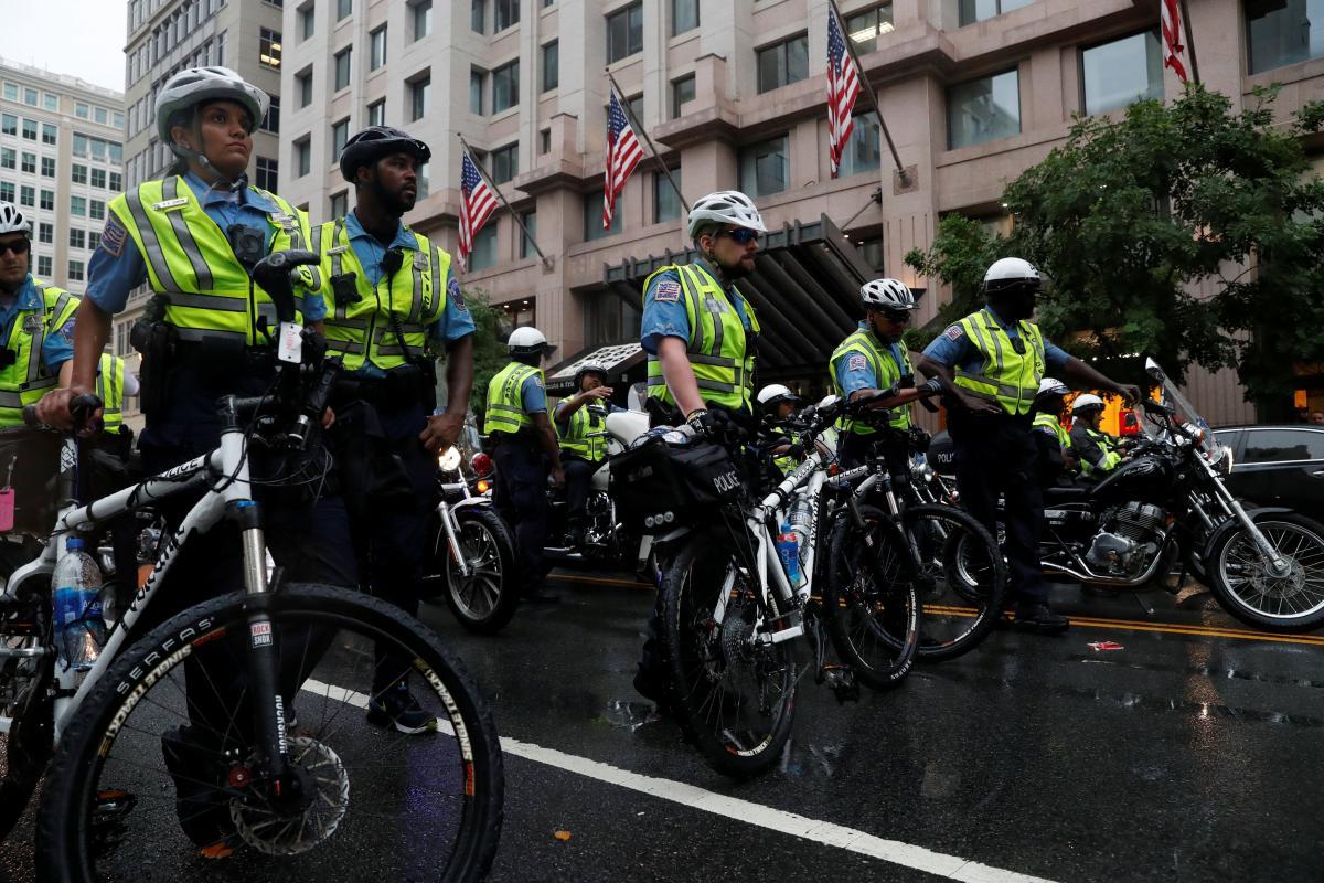 Полиция во время протестов в Вашингтоне / REUTERS