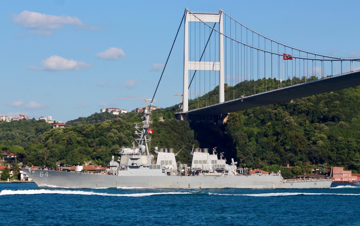 Эсминец USS Carney проходит Босфор на пути в Черное море / REUTERS