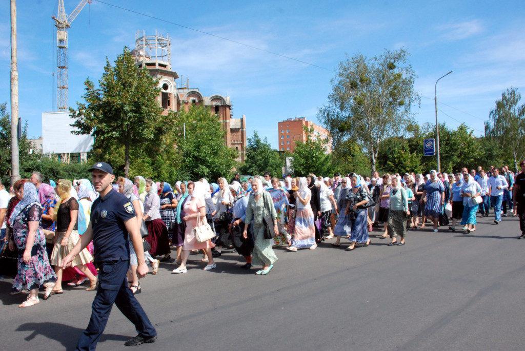 В Луцке сотни православных прошли крестным ходом с молитвой о погибших в войнах / volyn.church.иа