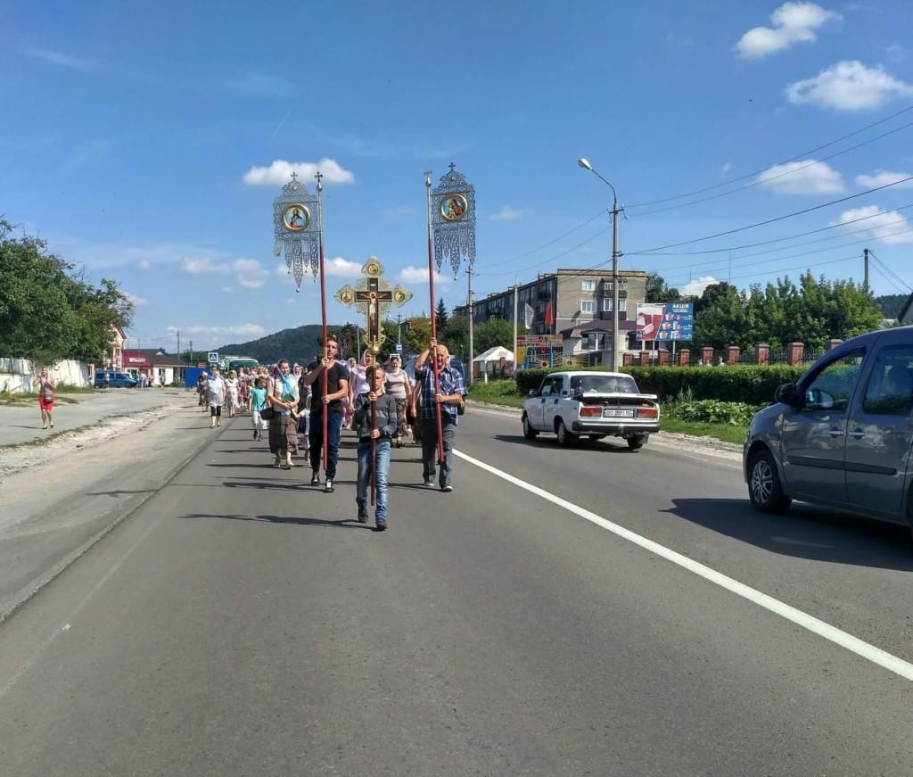 На Тернопольщине верующие и священники УПЦ прошли крестным ходом за безопасность дорожного движения / ternopil.church.ua