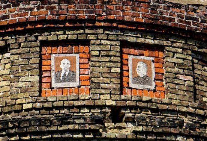 """У Новогороді-Сіверському туристів досі """"зустрічають"""" Сталін і Ленін / фото memory.gov.ua"""