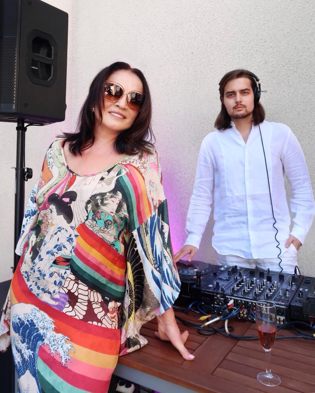 Руководитель  Софии Ротару разъяснил , почему эстрадная певица  отказалась выйти замуж после смерти супруга