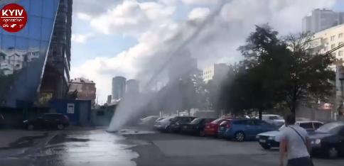 У мережі з'явилося відео потужного гейзера в Києві / фото facebook.com/KyivOperativ