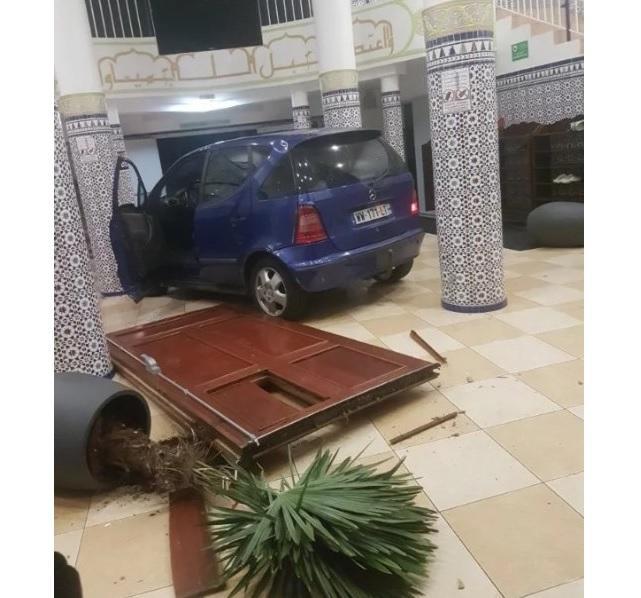 У Франції авто в'їхало в мечеть / islam.in.ua
