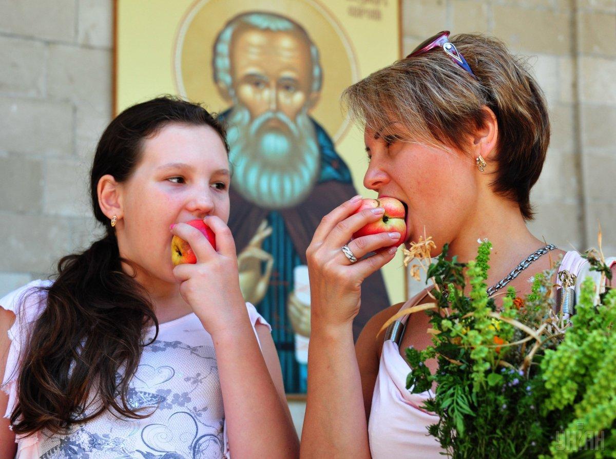 Відкушуючи перший шматочок освяченого яблука, прийнято загадувати бажання / фото УНІАН