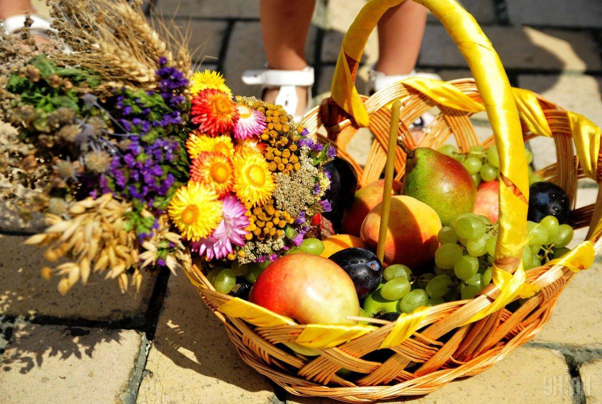 В день ВторогоСпаса нужно съесть освященное яблоко / фото УНИАН