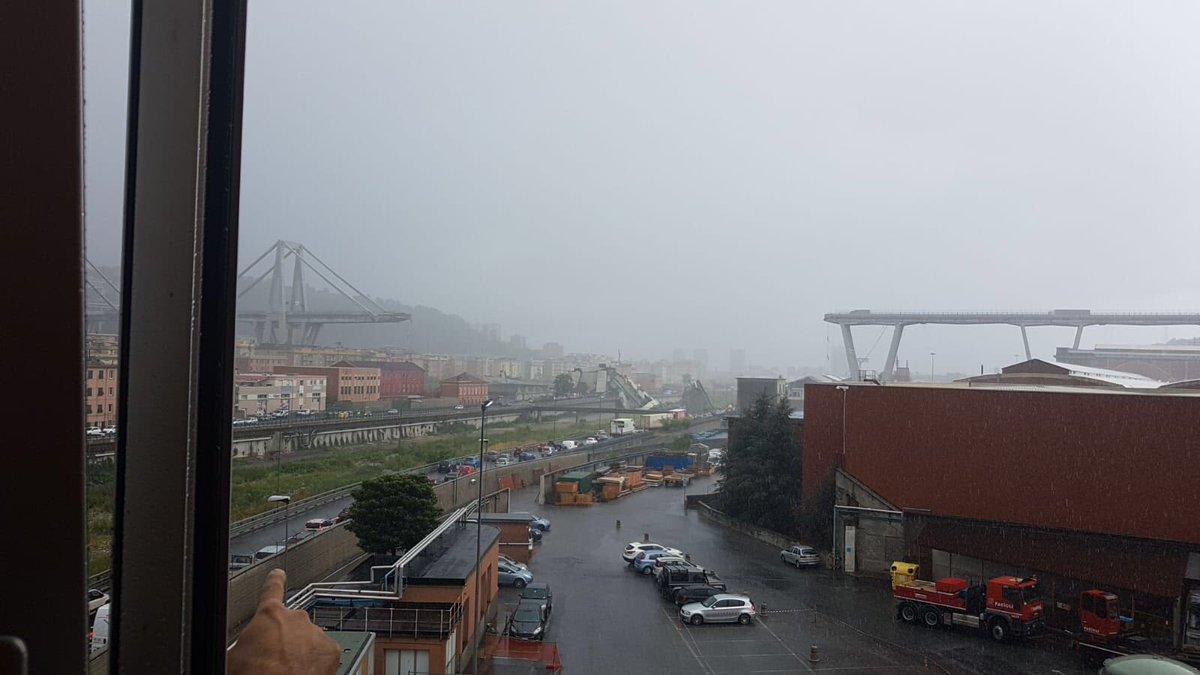 Уламки моста зачепили будівлі та склади, що розташовані поруч / фото twitter.com/farmaciaserrage