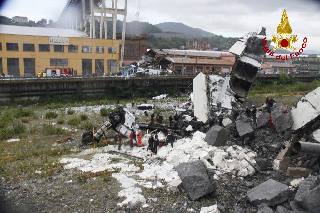 Число погибших в результате обрушения моста в Италии возросло до 41 человека / Italian Firefighters Press Office/Handout via REUTERS