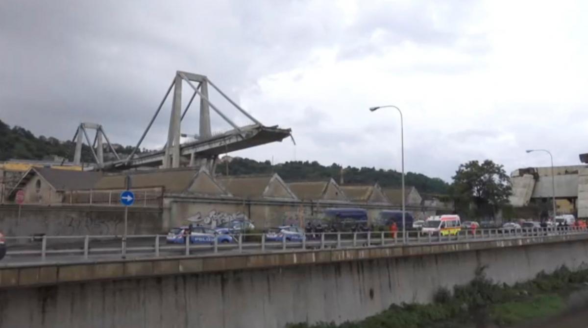 Мост в Генуе обвалился через 10 минут после проезда футболиста / Local Team via Reuters TV/REUTERS