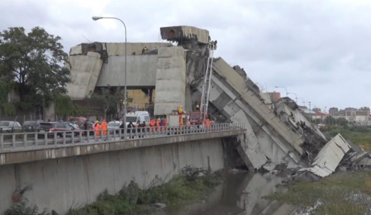 Обвал моста в итальянском городе Генуя / фото Local Team via Reuters TV/REUTERS