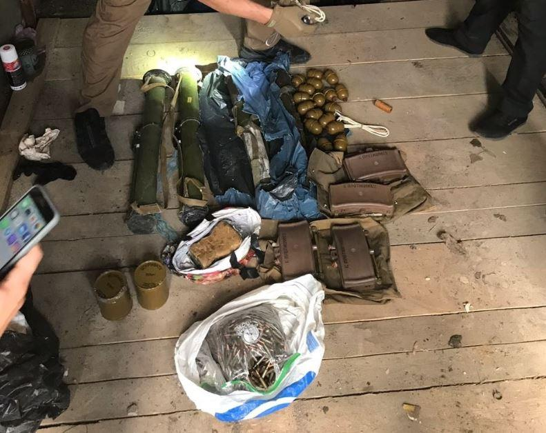 Столичні правоохоронці знайшли у екс-бійця добробату арсенал зброї / Прес-служба військової прокуратури Центрального регіону України