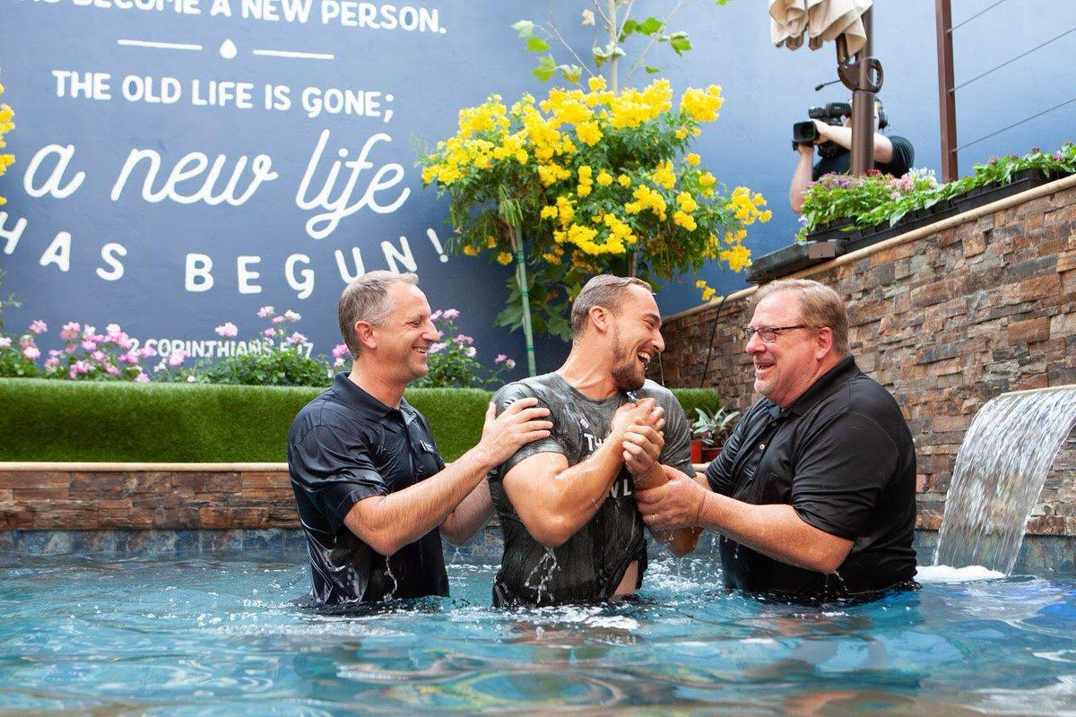 Хрещення в церкві Седдлбек / twitter