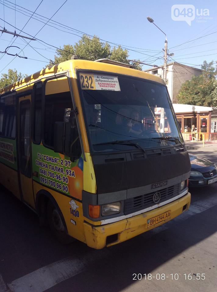 Водитель одесской маршрутки остро реагирует на удостоверение УБД / фото 048.ua