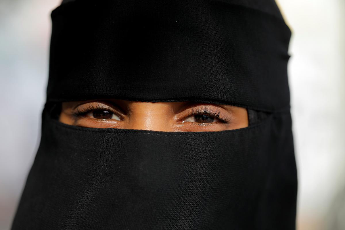 Речь идет как об одежде мусульманских женщин - никабе и парандже, так и о балаклавах/ Иллюстрация REUTERS