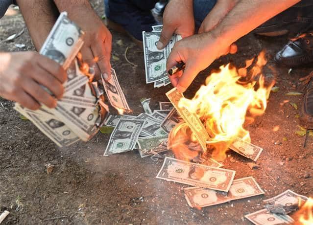 """Газета """"Хюррієт"""" публікує фото турецького """"народу"""", спалює долари \ Фото hurriyet.com.tr"""