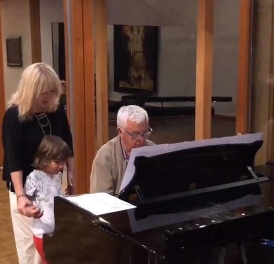 Пугачова на відео стоїть поруч із сином і слухає, як грає композитор Раймонд Паулс / Скріншот