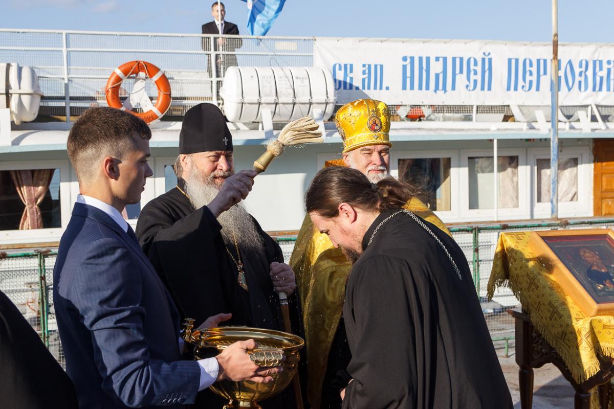 Команду корабля-церкви составляют священнослужители, врачи и соцработники / nskmi.ru