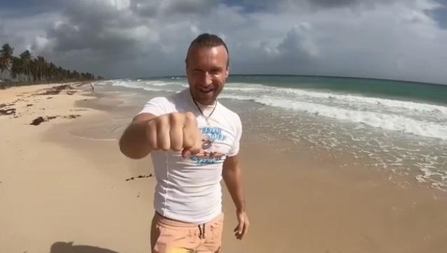 """М'язистий Олег Винник на серфінгу: співак показав своїм """"вовчицям"""", як підкорює хвилі"""