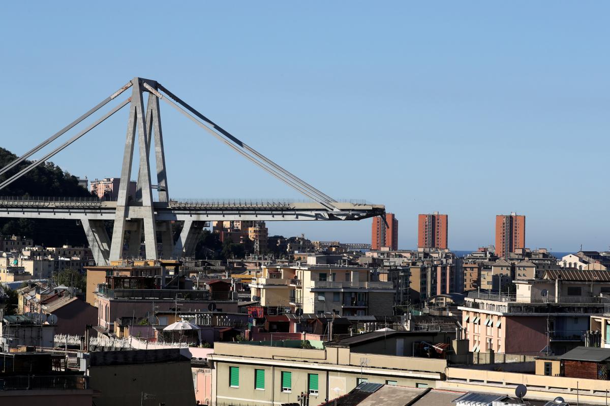 Число загиблих в результаті падіння мосту в Генуї становить 39 осіб, пошуки людей тривають / REUTERS