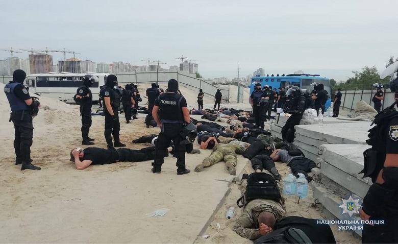 На Осокорках у Києві затримали 40 озброєних молодиків / фото ГУ НП Киева