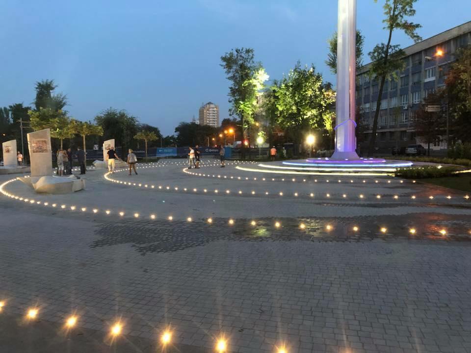 Парк навколо нової пам'ятки Дніпра