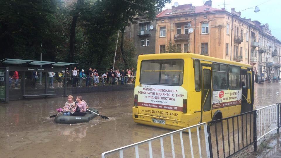 Львівські вулиці перетворилися на ріки / Фото facebook.com/igor.zinkevych