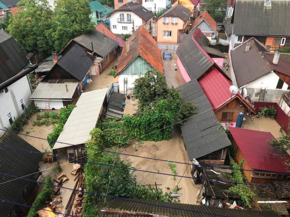 На Закарпатье ливень затопил город / фото facebook.com/rahivnews