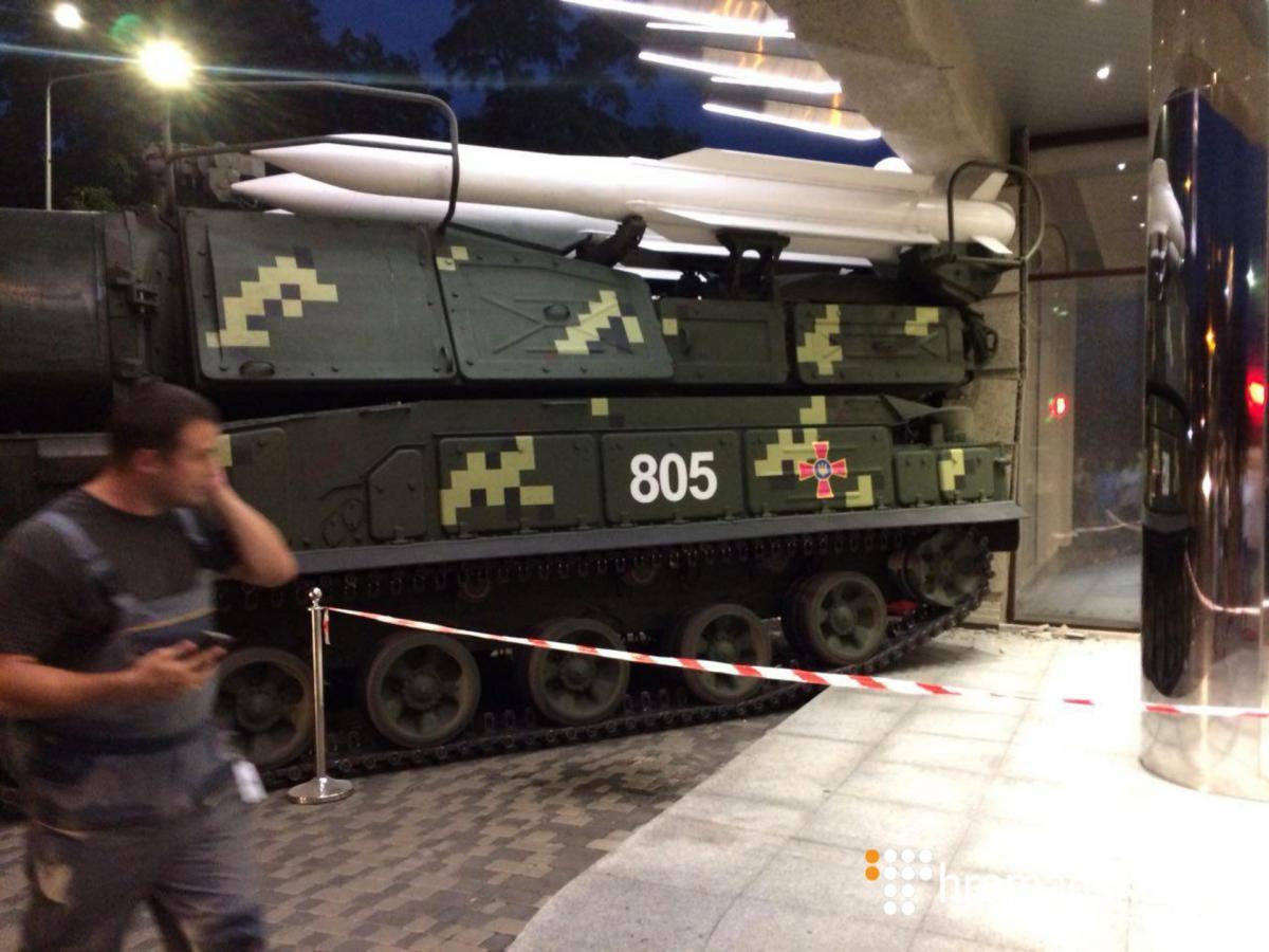"""ЗРК """"Бук"""" врізалася в стіну бізнес-центру на Подолі: опубліковано відео / Фото hromadske.ua"""