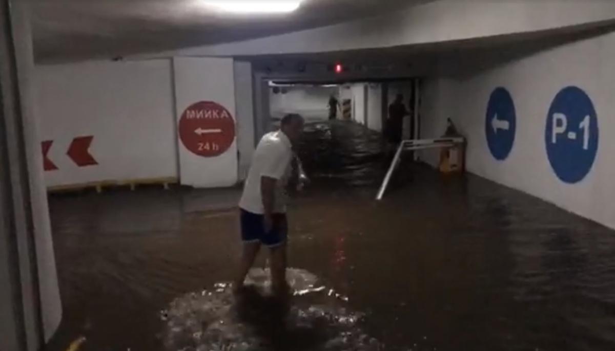 Воду з затопленого ТЦ відкачують помпою / Кадр з відео facebook.com/labunskiy