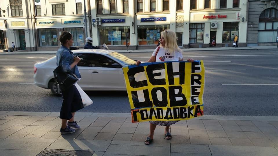 Щомісяця до 18 числа активісти виходять на вулиці міста з метою розповісти про ситуацію в анексованому Криму / Фото facebook.com/veradolgopjat