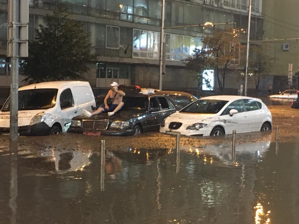 Очевидцы делятся в соцсетях последствиями апокалиптического ливня в столице /Facebook - Oksana Kovalenko