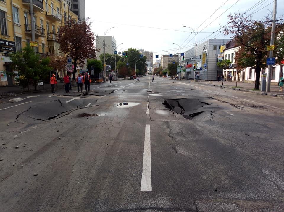 "Дороги на улицах возле ""Олимпийской"" устали от ливня / Facebook - Анастасия Багаліка"