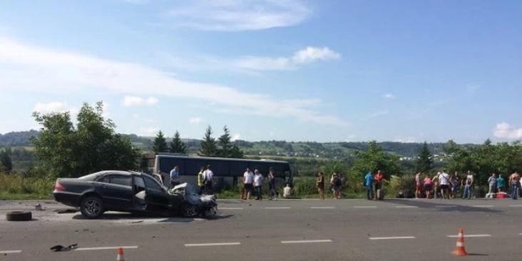 Под Золочевим в результате ДТП автобус с 44 туристами съехал в кювет / фото Нацполіції Львовщины